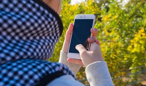 Arab woman smartphone